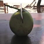 Junge Kokosnuss am Strand von Phu Quoc trinken