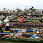 Händler verkaufen ihre Produkte auf dem Schwimmenden Markt im Mekong Delta, Vietnam