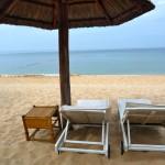 Sonnenliegen und Sonnenschirm am Strand von Phu Quoc, Vietnam