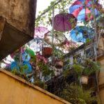 Bunte Schirme auf Balkon in Hanoi