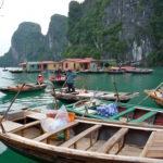 Viete Boote in Floating Village, Halong Bucht