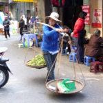 Strassenszene Hanoi - Frau trägt Lebensmittel