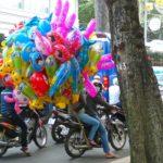 Viele bunte Luftballons auf Moped - Strassenszene in Ho Chi Minh City, Vietnam