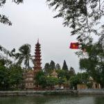 Blick auf Hoan Kiem See und Pagode an einem bewölkten Tag in Hanoi