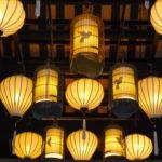 Gelbe Lampions hängen an Decke in Restaurant in Hoi An, Vietnam