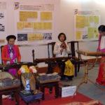 Strassenszene in Hanoi - Musikerinnen spielen schöne Melodien