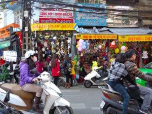 Themenstrasse in Hanoi - viele Stände mit bunten Dingen