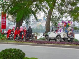 Weihnachtszeit in Hanoi - Weihnachtsmänner mit Geschenken auf Mopeds