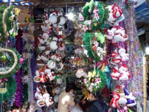 Weihnachtszeit in Hanoi in Themenstrasse mit bunten Dekoartikeln zu Weihnachten