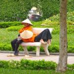 Zwei Vietnamesinnen machen Siesta in einem Park in Hanoi, Vietnam