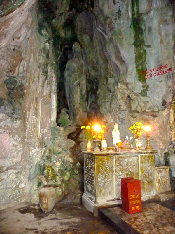 Höhle mit Statue Marble Mountains