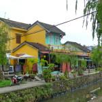 Flussufer mit Häusern und Geschäften in Hoi An, Vietnam