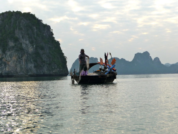 Halong Bay Fischerboot in Abenddämmerung