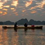 Kajaktour in der Abenddämmerung Halong Bucht