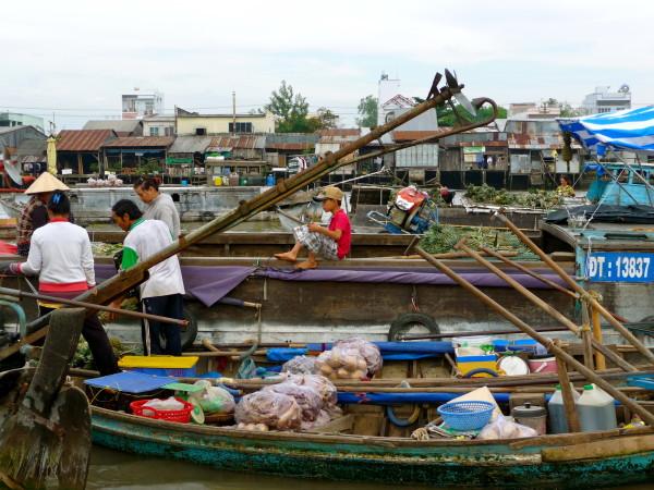 Schwimmender Markt – Händler verkaufen ihre Produkte