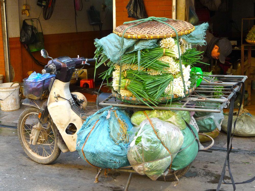 Hanoi Moped mit viel Gepäck