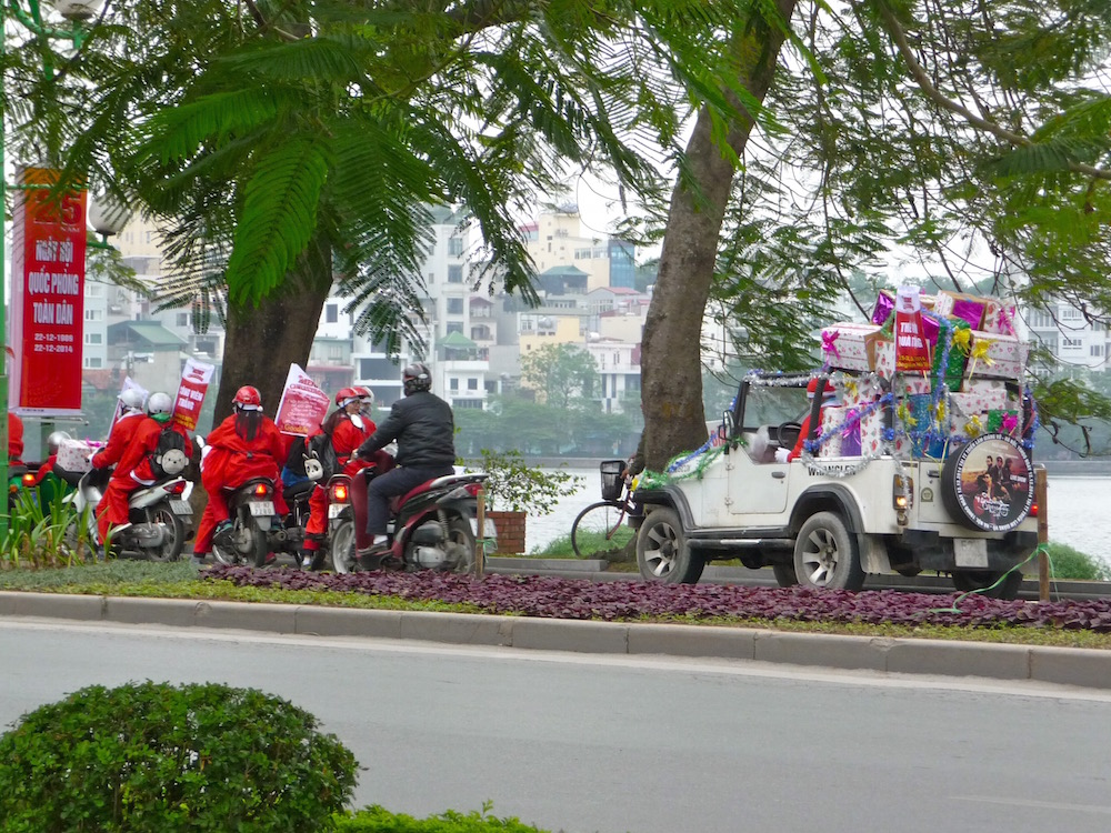 Weihnachtszeit in Hanoi – Weihnachtsmänner auf Moped